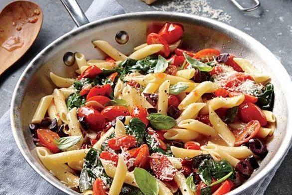 Μαγειρέψτε πένες με κοτόπουλο και πολύχρωμα λαχανικά