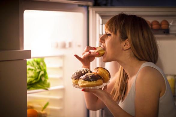 Το φαγητό αργά το βράδυ ίσως αυξάνει τον κίνδυνο καρκίνου