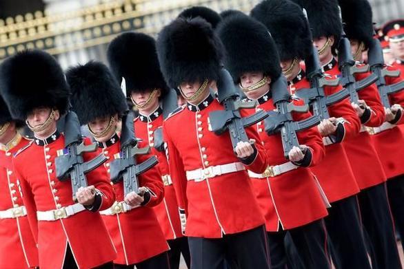 Φρουρός της βασίλισσας Ελισάβετ σπρώχνει τουρίστρια που μπήκε στο δρόμο του (video)