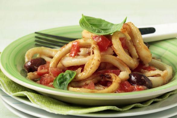 Καλαμαράκια τηγανητά με ντομάτα και ελιές