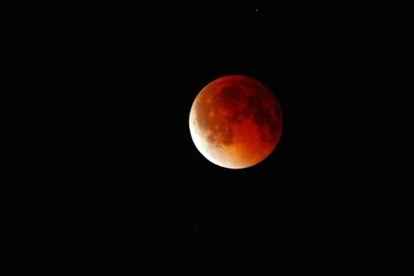 """Το """"ματωμένο φεγγάρι"""" - Η μεγαλύτερη σεληνιακή έκλειψη του 21ου αιώνα"""