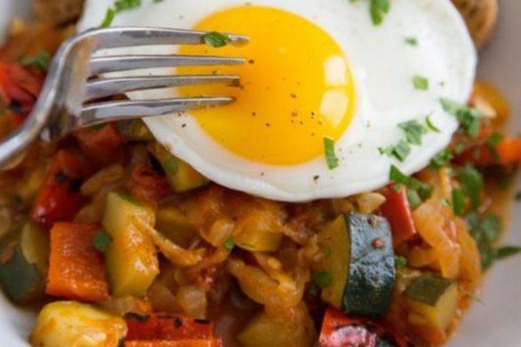 Ετοιμάστε καλοκαιρινό τουρλού με τηγανητά αυγά