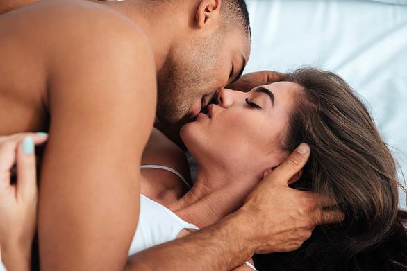 Πως ένα ερωτικό φιλί «ξυπνά» τον εγκέφαλο και μας φτιάχνει την ψυχολογία