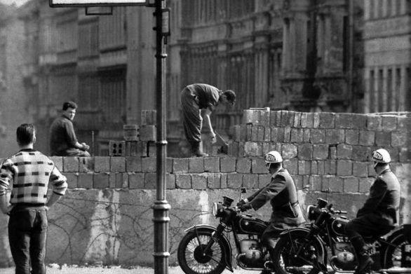 Σαν σήμερα 13 Αυγούστου οι αρχές της Ανατολικής Γερμανίας αρχίζουν να κατασκευάζουν το τείχος του Βερολίνου