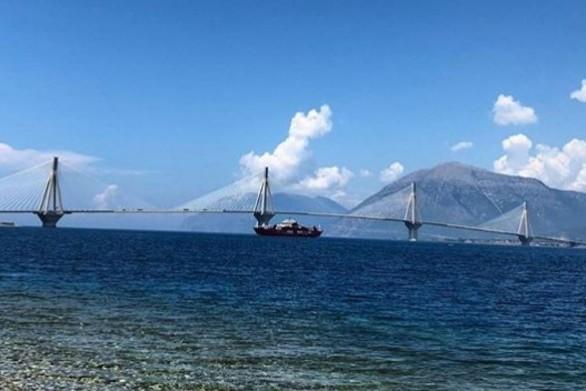 Ταξιδάκι αναψυχής με φόντο τη γέφυρα Ρίου - Αντιρρίου