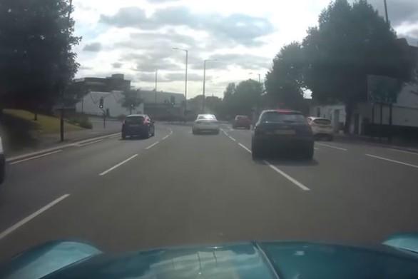 """Ποδηλάτης """"φλερτάρει"""" με την αυτοκτονία (video)"""