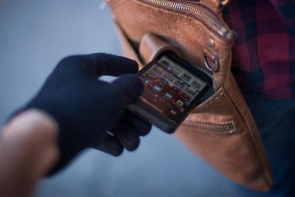 Πάτρα - Αφαίρεσαν από θαμώνα καταστήματος το κινητό της τηλέφωνο