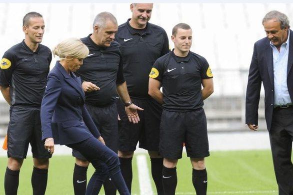 Μπριζίτ Μακρόν: Στο γήπεδο με αθλητικά παπούτσια Louis Vuitton