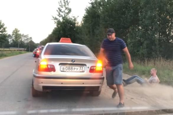 Δείτε την αντίδραση ενός οδηγού ταξί, όταν ο πελάτης πέταξε σκουπίδι στο δρόμο (video)