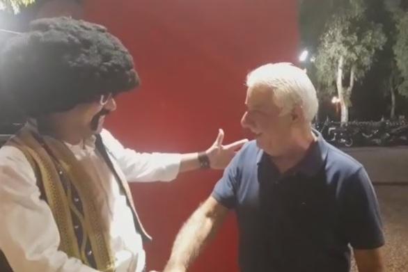 """Eπική"" συνάντηση με ""άρωμα"" Ελληνοφρένειας στην Πάτρα - Ο Τσολιάς βρήκε τον Κυρ-Βασίλη (video)"
