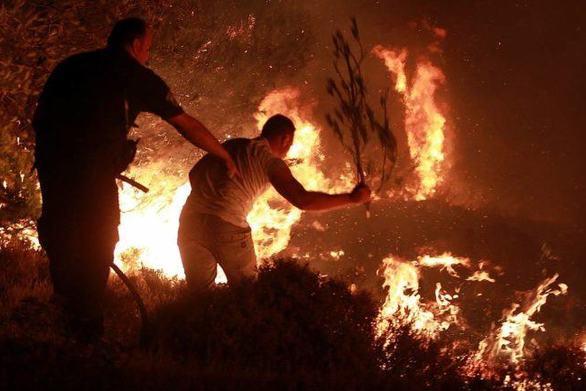 Πάτρα: Πυρκαγιά τη νύχτα στη Βούντενη