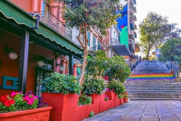 Στις σκάλες της Γεροκωστοπούλου!