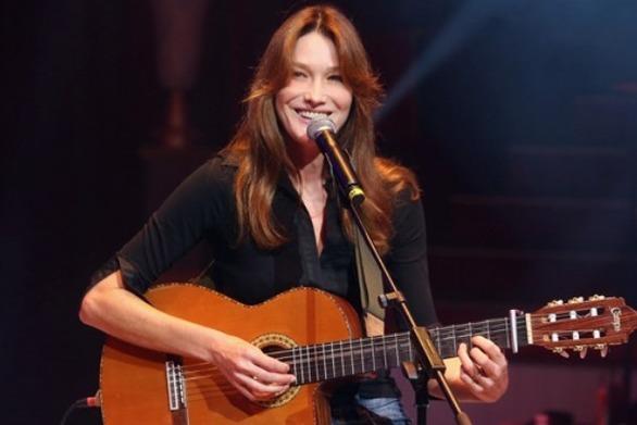 Η Κάρλα Μπρούνι τραγούδησε σε φιλανθρωπικό δείπνο