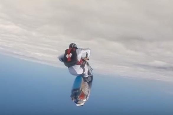 Βούτηξε στο κενό από τα 13.500 πόδια με… βέσπα (video)