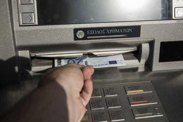 """Πάτρα: Έβγαλε 700 ευρώ από το ΑΤΜ και αυτά """"τραβήχτηκαν"""" και πάλι μέσα!"""