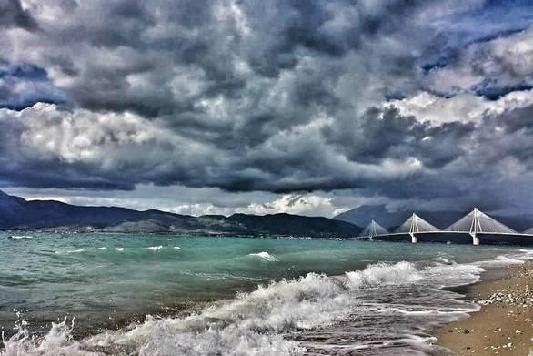 Ουρανός και θάλασσα σε ανταγωνισμό με φόντο τη Γέφυρα Ρίου - Αντιρρίου