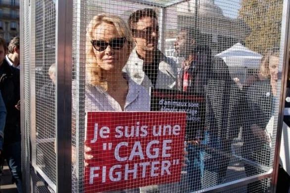 """Η Πάμελα Άντερσον """"σε κλουβί"""" για να καταγγείλει τον βασανισμό των ζώων"""
