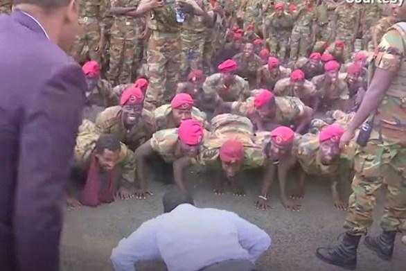 Ο Πρωθυπουργός της Αιθιοπίας κάνει... push ups μαζί με τους στρατιώτες(video)