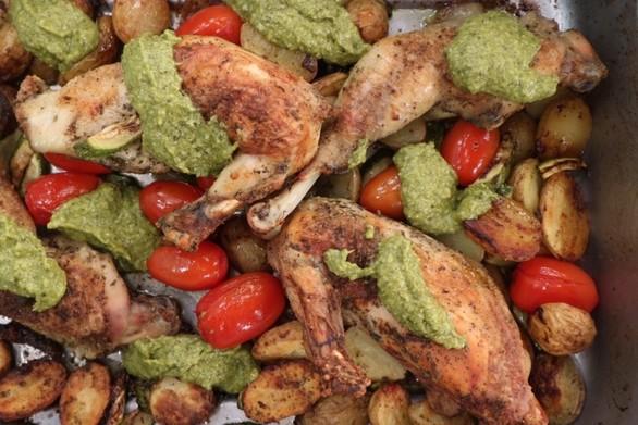 Φτιάξτε κοτόπουλο στο φούρνο με λαχανικά και πέστο βασιλικού
