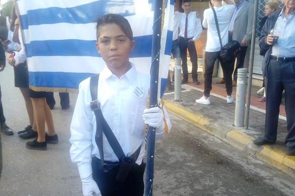 Συγκινεί η ιστορία του μικρού Ρομά που παρέλασε με την Ελληνική σημαία στην Πάτρα!