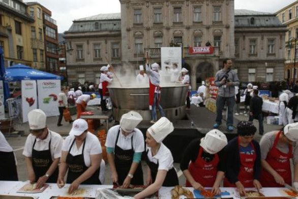 Σεράγεβο: Έφτιαξαν 14.186 κρέπες και μπήκαν στο Γκίνες