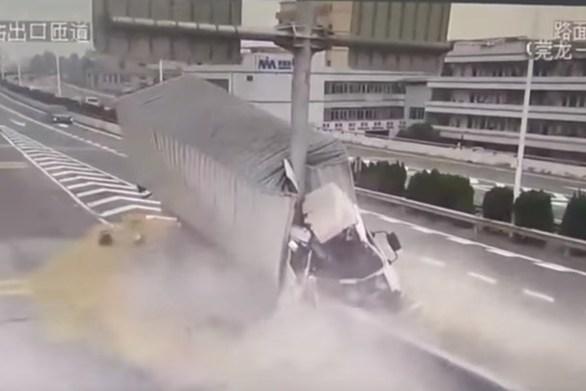 Σοκαριστικό βίντεο - Φορτηγό έπεσε πάνω σε κολόνα