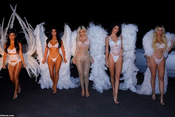 Οι αδελφές Kardashians μεταμορφώθηκαν σε αγγέλους της Victoria's Secret (φωτο)