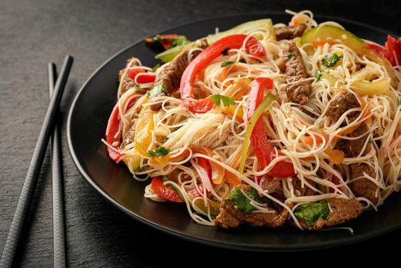 Φτιάξτε ασιατική σαλάτα με noodles