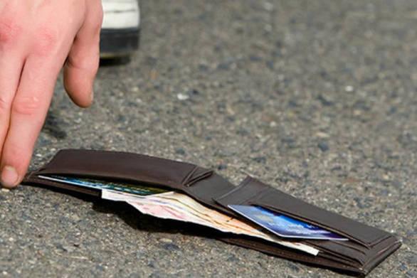 Μεσολόγγι: Βρήκε πορτοφόλι και το παρέδωσε στην Αστυνομία