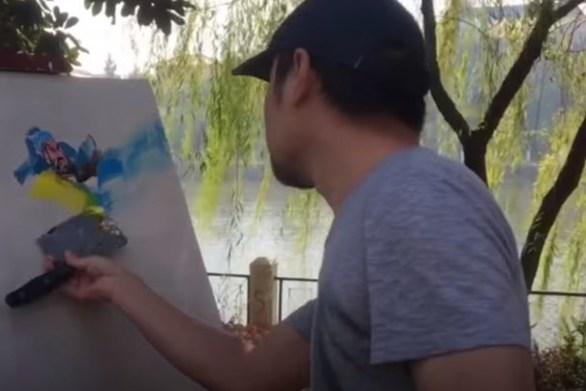 Ζωγραφίζει χρησιμοποιώντας έναν... μπαλτά (video)