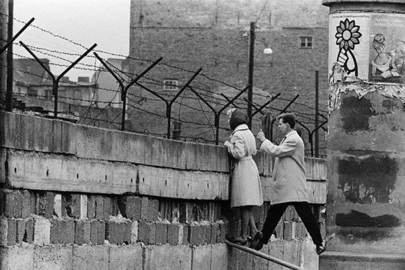 Σαν σήμερα 9 Νοεμβρίου πέφτει το τείχος του Βερολίνου