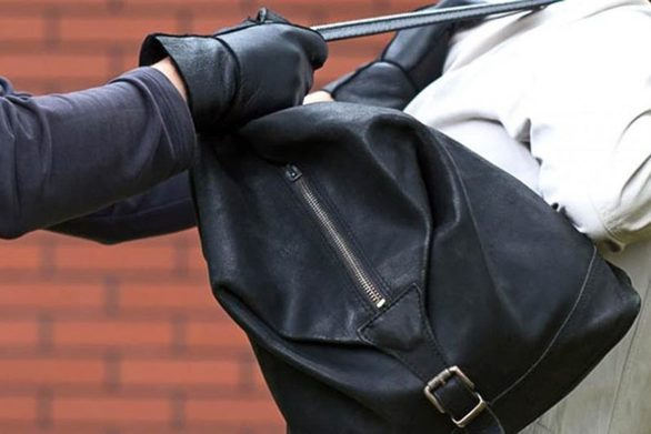 Δυτική Ελλάδα: Tη χτύπησε και της άρπαξε την τσάντα