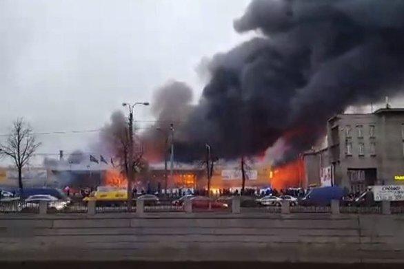 Φωτιά σε εμπορικό κέντρο στην Αγία Πετρούπολη