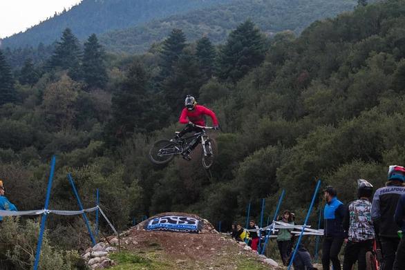 Θέαμα, αδρεναλίνη και πολλές συμμετοχές στο Downhill Race των Καλαβρύτων (pics+video)
