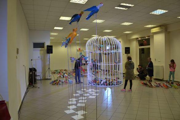 Λέσβος - Πολίτες έφτιαξαν 652 πουλιά από πλαστικά μπουκάλια (φωτο)