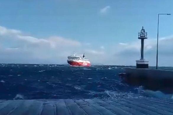 Πλοίο δίνει... μάχη για να δέσει στη Ραφήνα (video)