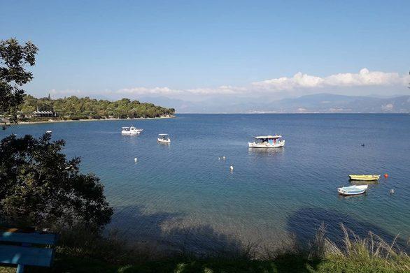 Η γραφική παραλία στο Λαμπίρι (pics)
