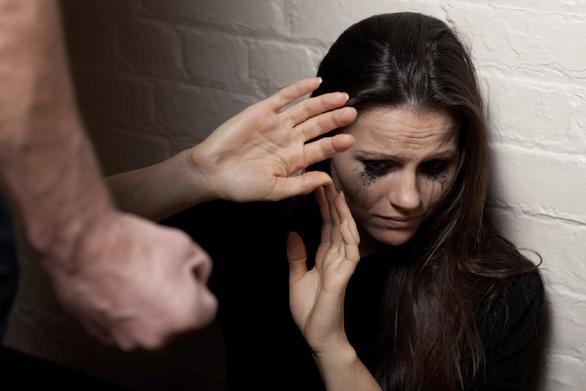 Τουλάχιστον 300 περιστατικά ενδοοικογενειακής βίας και κακοποίησης γυναικών κάθε χρόνο στη Λάρισα