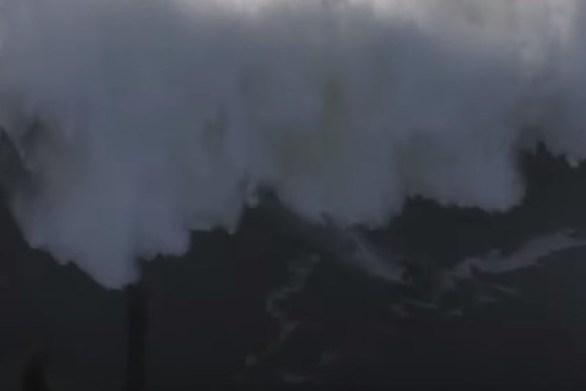 """Κύμα 18 μέτρων """"κατάπιε"""" σέρφερ (video)"""
