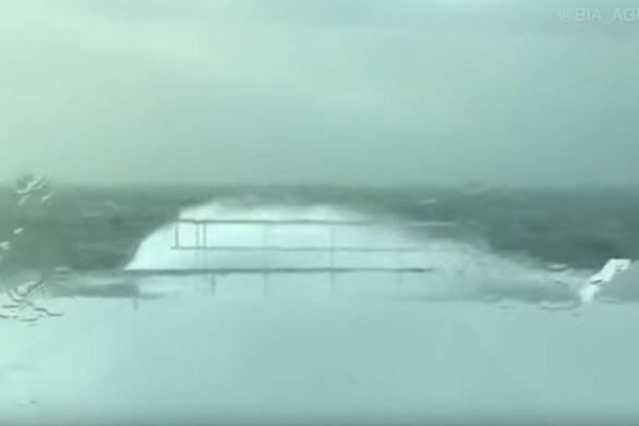 """Γιγαντιαία κύματα """"καταπίνουν"""" πλοίο (video)"""