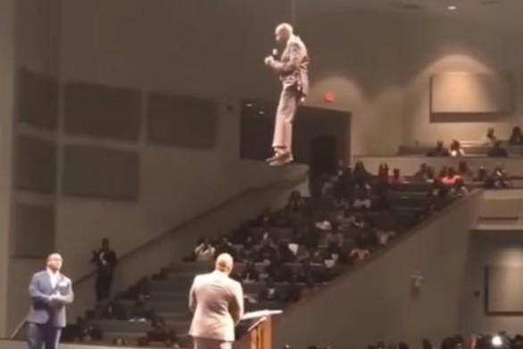 Ο ιπτάμενος πάστορας που έγινε viral (video)