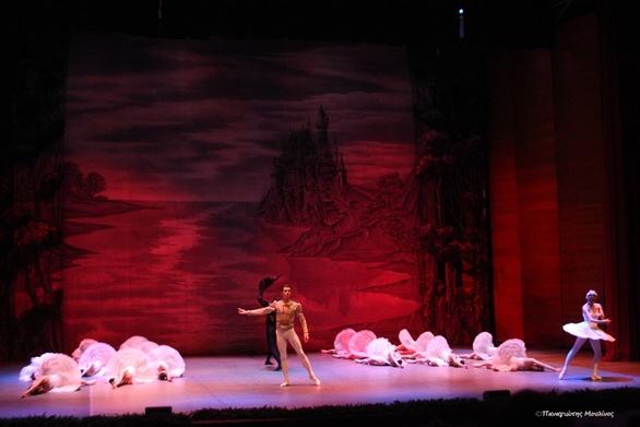 Η «Λίμνη των Κύκνων» αποθεώθηκε από το κοινό της Πάτρας (φωτο)