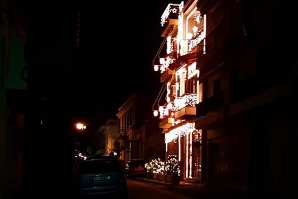 """Ίσως το πιο """"φωτεινό"""" Χριστουγεννιάτικο σπίτι στην Πάτρα (φωτο+video)"""