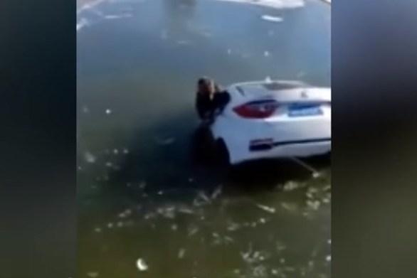 Ένα λάθος ήταν αρκετό για να καταλήξει... στην παγωμένη λίμνη (video)
