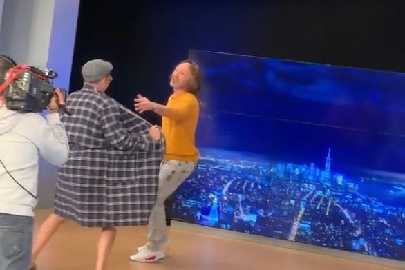 O Παύλος Σταματόπουλος εμφανίστηκε με τα... εσώρουχα στο Νίκο Μουτσινά (video)