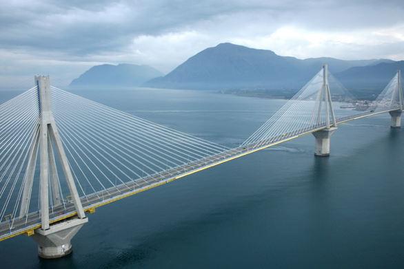 """""""Πετώντας"""" για περίπου 5 λεπτά, πάνω από τη Γέφυρα Ρίου - Αντιρρίου (video)"""