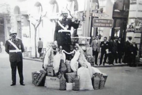 Κάποιες δεκαετίες πίσω - Ο τροχονόμος με τα δώρα στο κέντρο της Πάτρας!