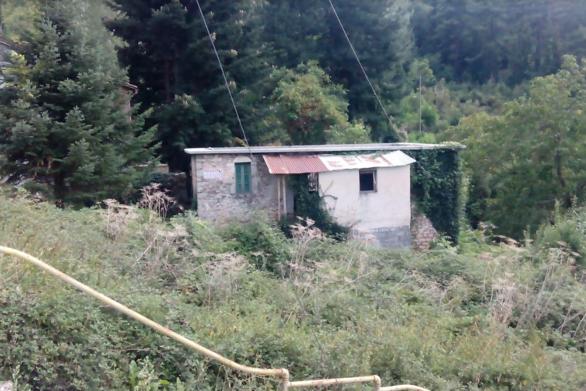 Πωλείται οικόπεδο με πέτρινο παραδοσιακό κτίριο στο κέντρο της Αροανίας-Σοποτού Καλαβρύτων 7.500 ευρώ