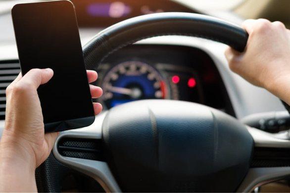 «Κολλημένοι» στο κινητό εξακολουθούν να είναι οι Έλληνες οδηγοί