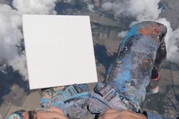 Αποφάσισε να φτιάξει πίνακες ζωγραφικής την ώρα που έκανε ελεύθερη πτώση (video)